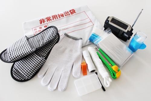 スーツケースに防災道具を入れる