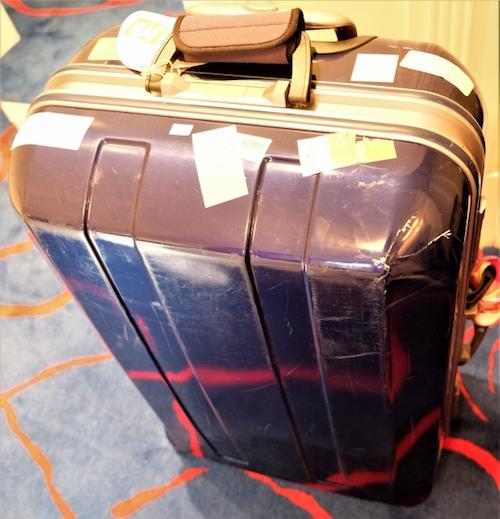 古いスーツケースは重い
