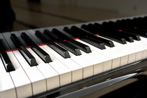 合宿教習所にはピアノやギターアンプもある