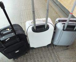 スーツケースを台や椅子代わりに使う